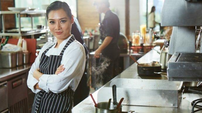 รู้จักกับ 'เชฟหงส์' เจ้าของร้านอาหารไทยในนิวยอร์ก อร่อยขั้นเทพจนคนดังฮอลลีวูดต้องมาต่อคิว!