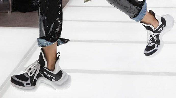 รองเท้าแห่งปี 2018 ต้องยกให้กับรองเท้าผ้าใบไซส์บิ๊ก